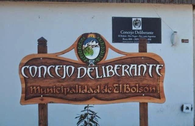 El Bolsón: Orinó en la puerta del Concejo Deliberante y la escracharon